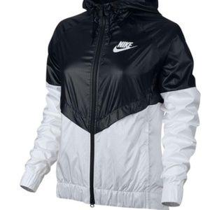 Nike Women Chevron Black & White Hood Windbreaker